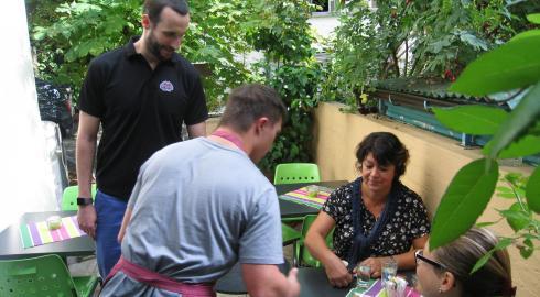 Img 0722 philipp serviert terrasse